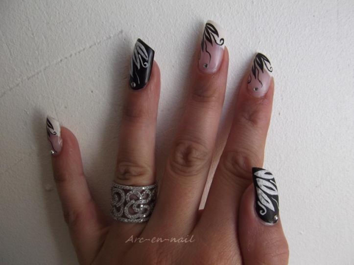 Nail art French & pétales matifiés 1