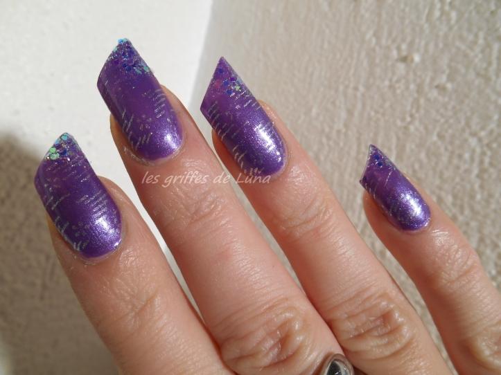 Nail art raté sur fond violet 1