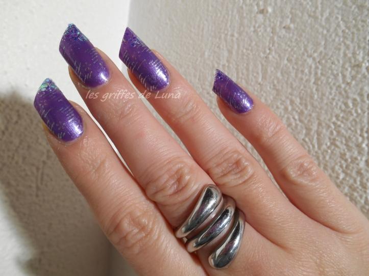 Nail art raté sur fond violet 2