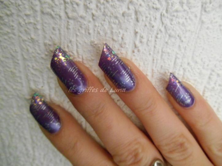 Nail art raté sur fond violet 3