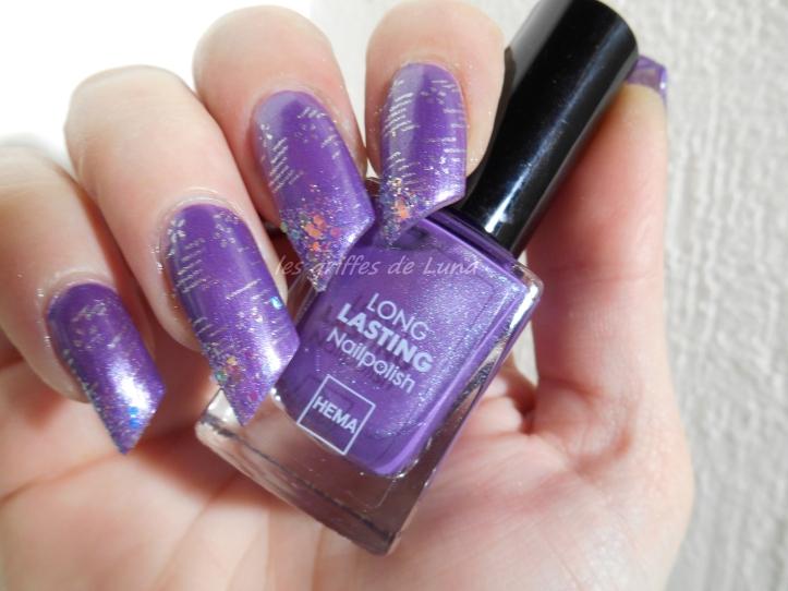 Nail art raté sur fond violet 4
