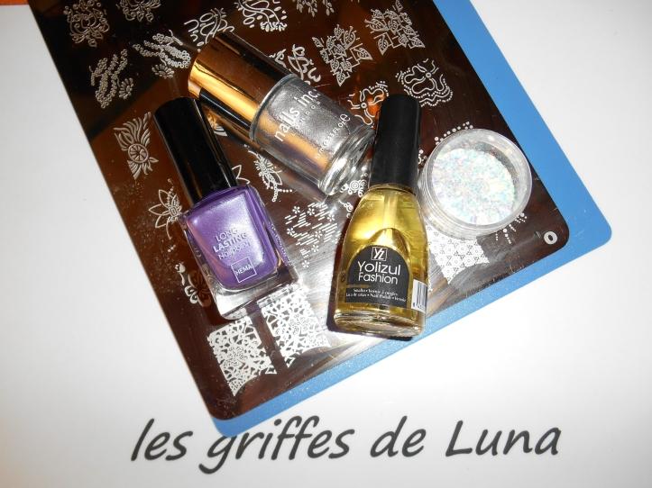 Nail art raté sur fond violet materiel