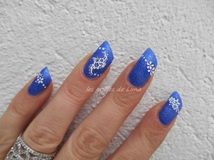 Nail art Fleurs blanches sur fond bleu sablé 2