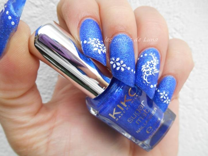Nail art Fleurs blanches sur fond bleu sablé 3