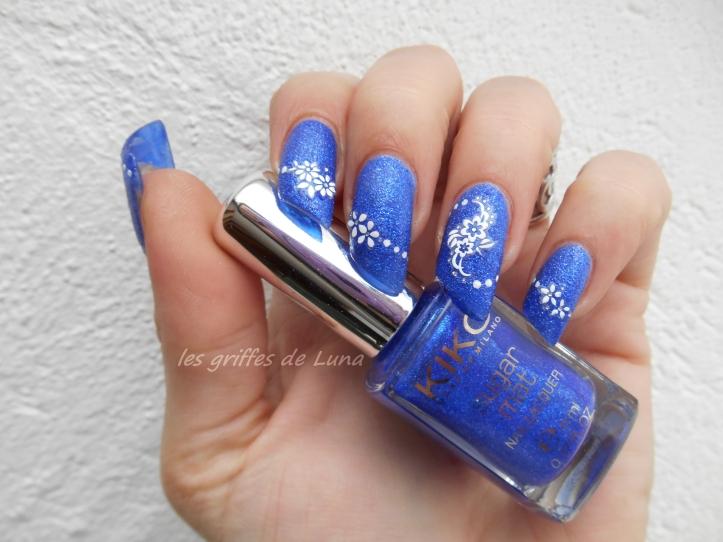 Nail art Fleurs blanches sur fond bleu sablé 4