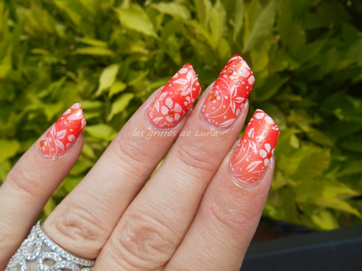 Nail art Dégradé orangé & fleurs 1