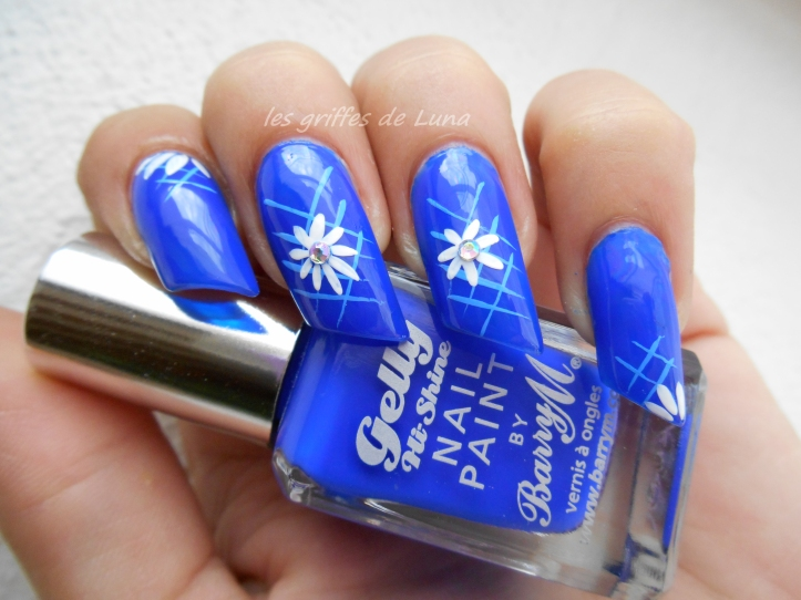 Nail art Blue flowers 1
