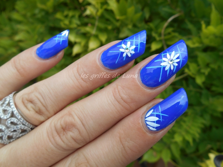 Nail art Blue flowers 2