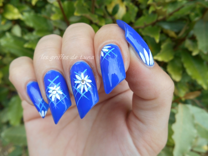Nail art Blue flowers 3