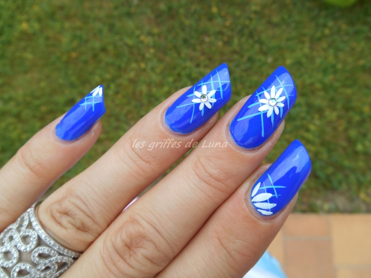 Nail art Blue flowers 4