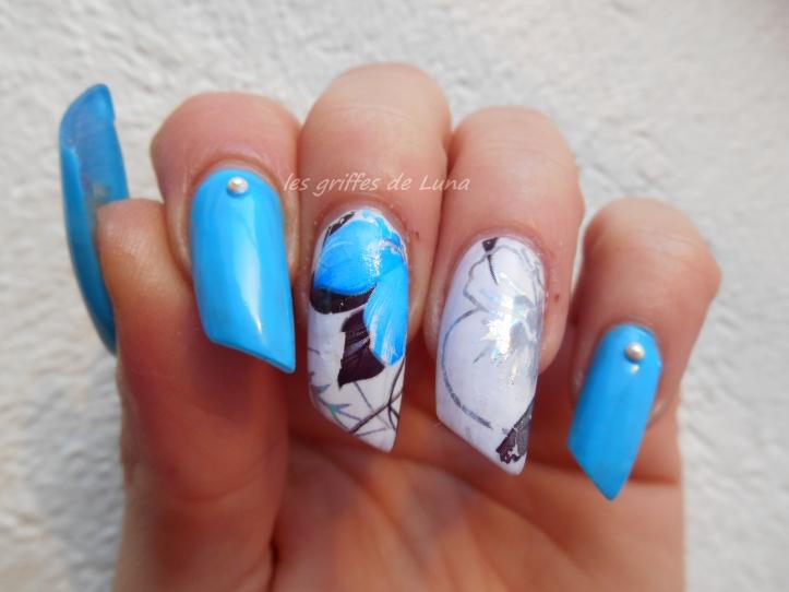 Nail art Fleurs bleues tropicales 3