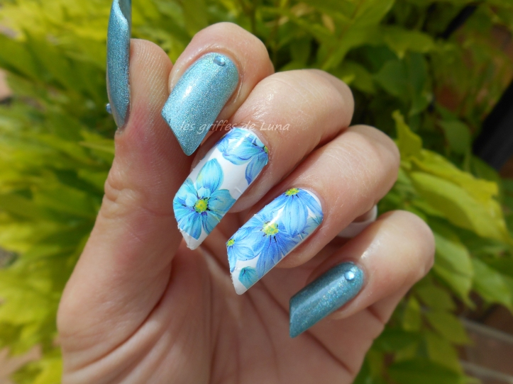 Nail art Flowers blue holo 2