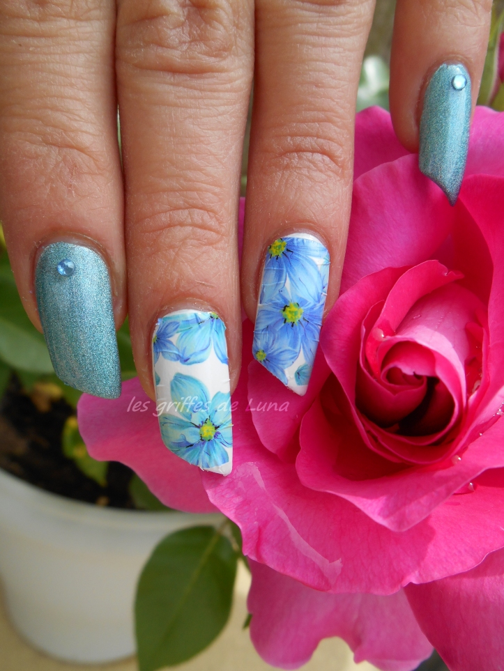 Nail art Flowers blue holo 3
