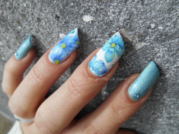 Nail art Flowers blue holo 4