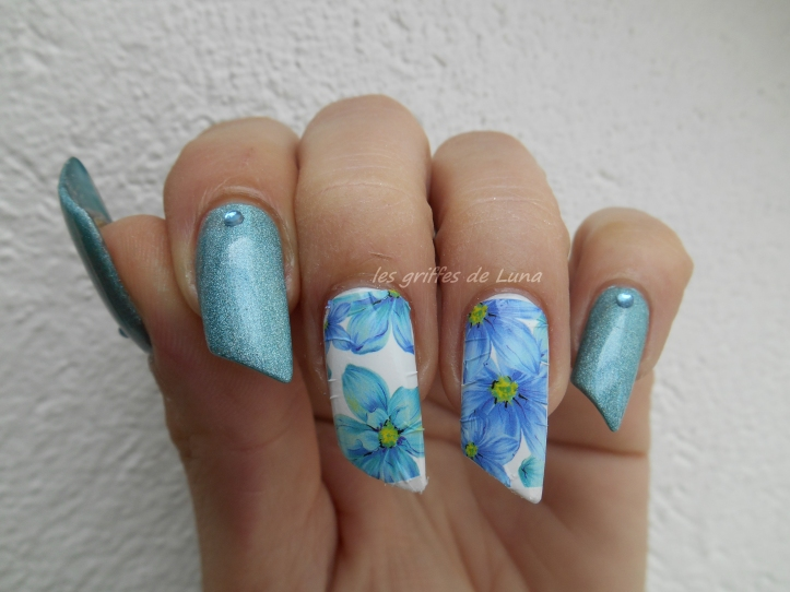 Nail art Flowers blue holo 5